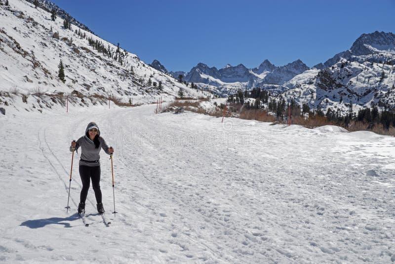 Kobieta przecinającego kraju narciarstwo zdjęcia royalty free