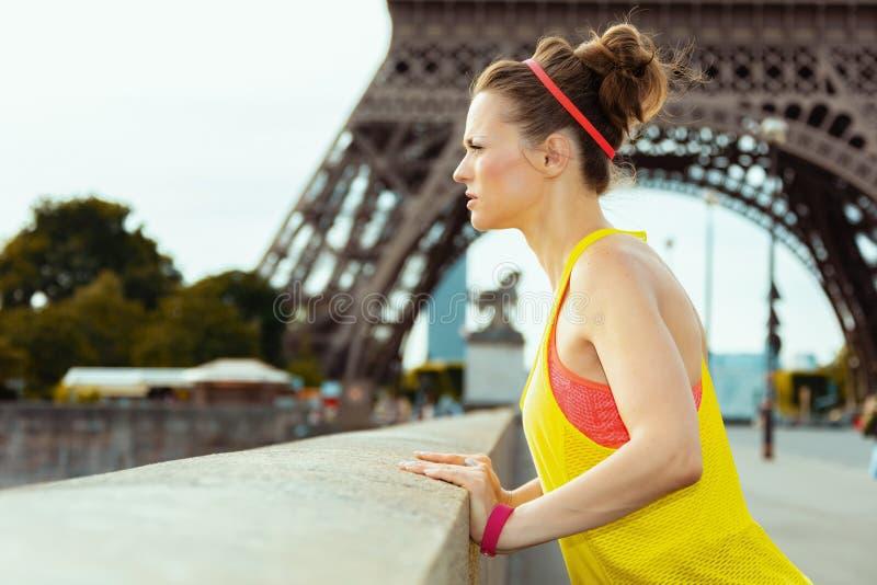 Kobieta przeciw jasnemu widokowi patrzeje w odległość wieża eifla fotografia royalty free