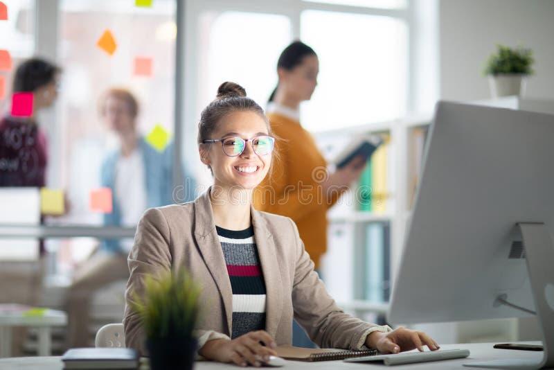 Kobieta przed komputerowym monitorem fotografia stock