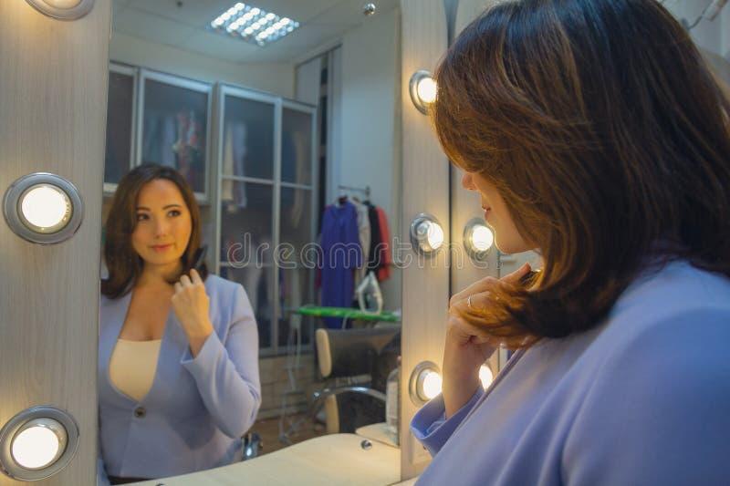 Kobieta przed lustrem w przebieralni zdjęcia royalty free