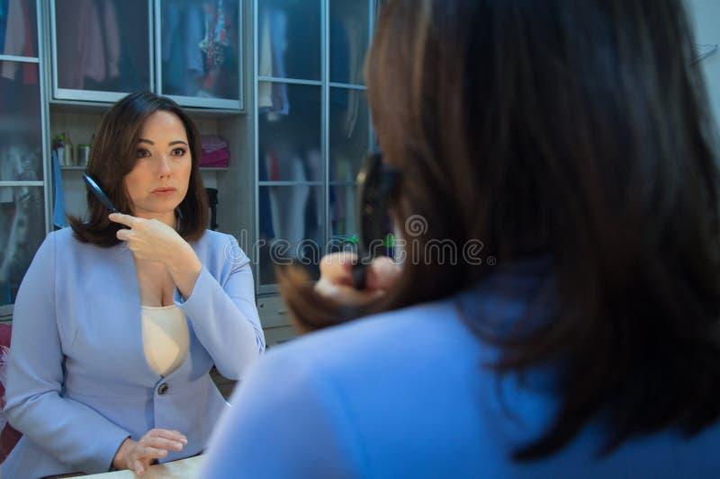 Kobieta przed lustrem w przebieralni fotografia stock