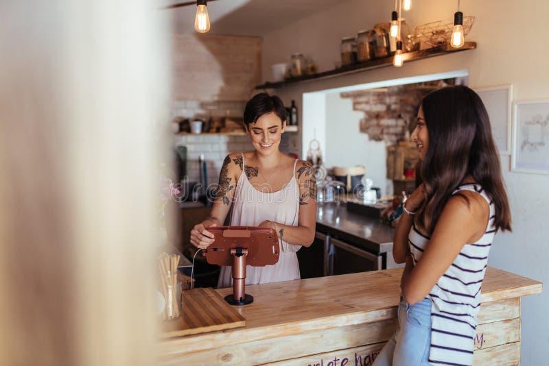 Kobieta przedsiębiorca bierze rozkazy przy jej restauracją zdjęcia royalty free