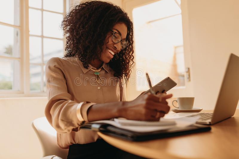 Kobieta przedsiębiorca pracuje od domu na laptopie obrazy stock