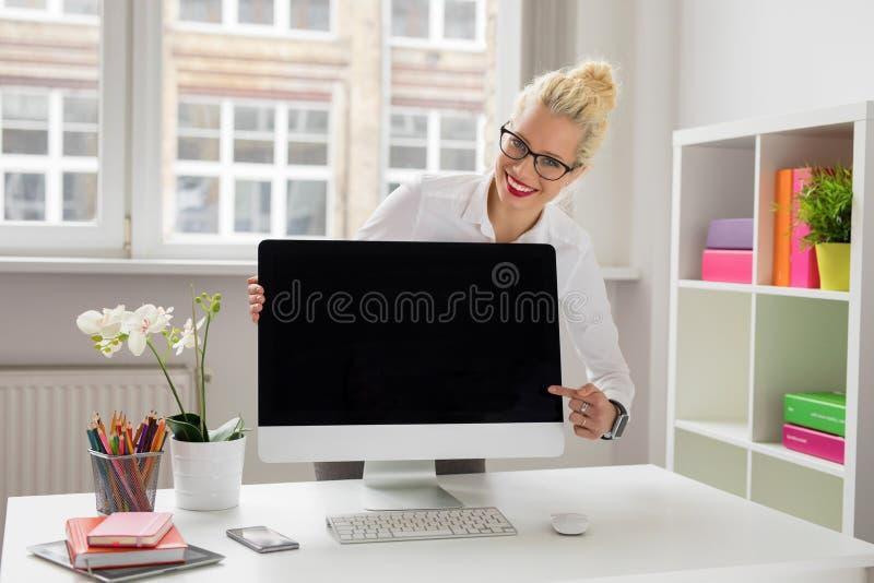 Kobieta przedstawia coś na komputerze obrazy royalty free