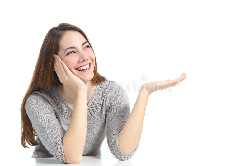Kobieta przedstawia pustą reklamę zdjęcie royalty free