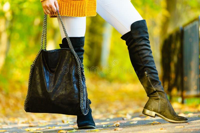 Kobieta przedstawia wysokich kolanowych czerń buty obrazy royalty free