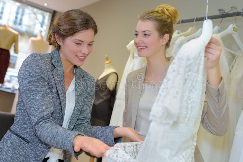 Kobieta przegląda bridal togę zdjęcia stock
