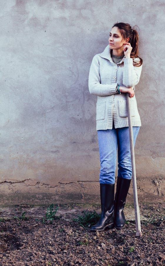 Kobieta przeszuflowywa w ogródzie zdjęcie royalty free