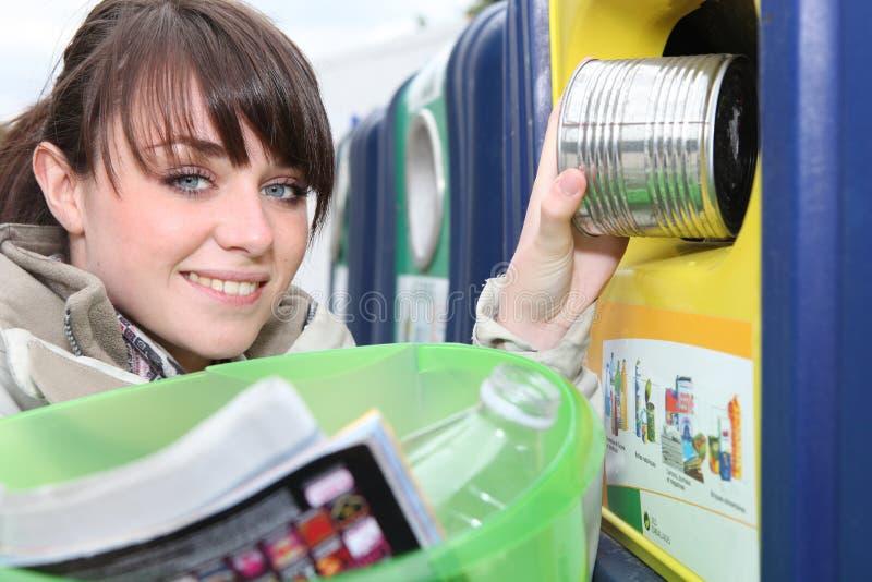 Kobieta przetwarza gospodarstwo domowe odpady zdjęcia stock