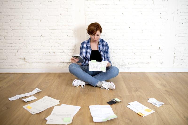 Kobieta przy żywą izbową podłoga z, rachunki i papierkowa robota i dokumenty robi domowej pieniężnej księgowości zdjęcia stock