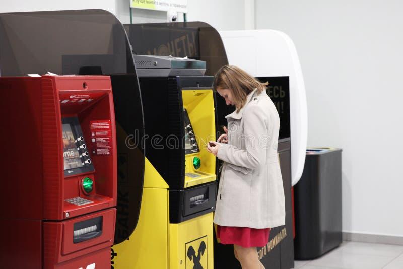 Kobieta przy ATMs różni banki dla bankowość operacj moscow obrazy stock
