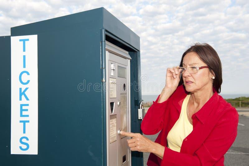 Kobieta przy bilet maszyną obrazy stock