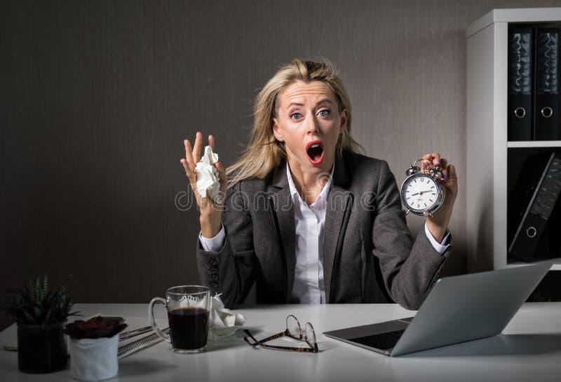 Kobieta przy biurem w stresie o spotkanie pracy ostatecznym terminie zdjęcia stock