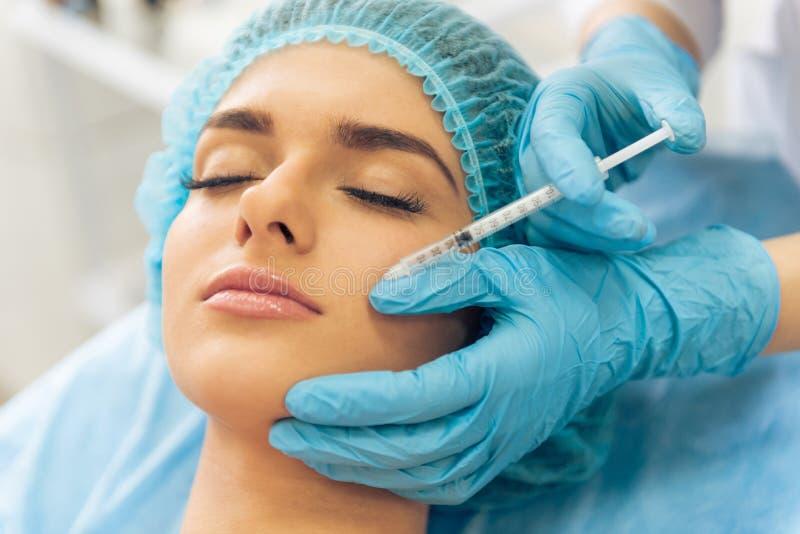 Kobieta przy chirurgiem plastycznym obrazy royalty free