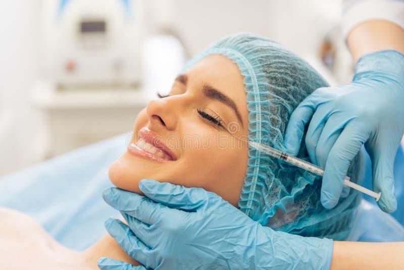Kobieta przy chirurgiem plastycznym zdjęcie stock