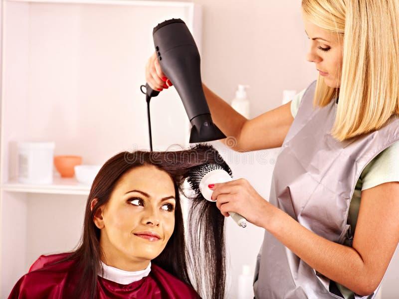 Kobieta przy fryzjerem. fotografia royalty free