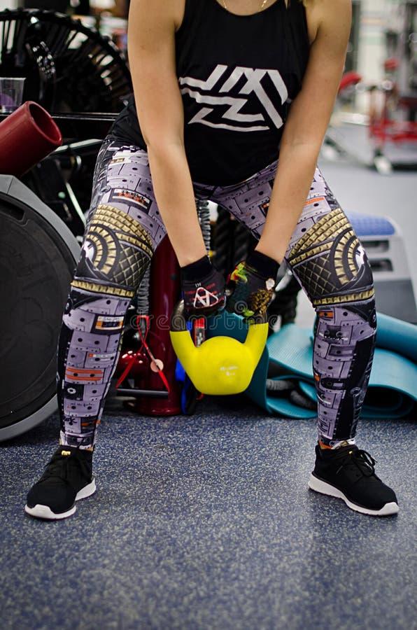 Kobieta przy gym szkoleniem z kettlebell fotografia stock