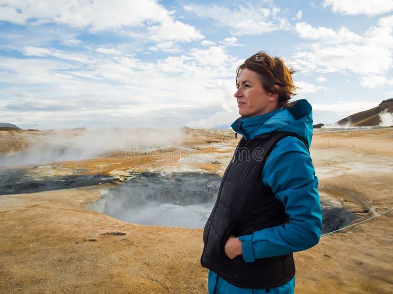 Kobieta przy Hverir, geotermiczny teren w północnym Iceland zdjęcie royalty free