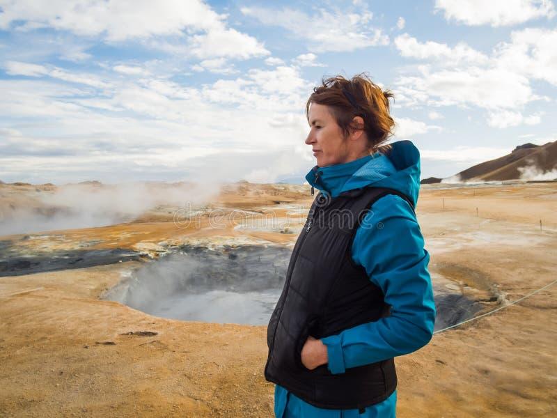 Kobieta przy Hverir, geotermiczny teren w północnym Iceland obrazy stock