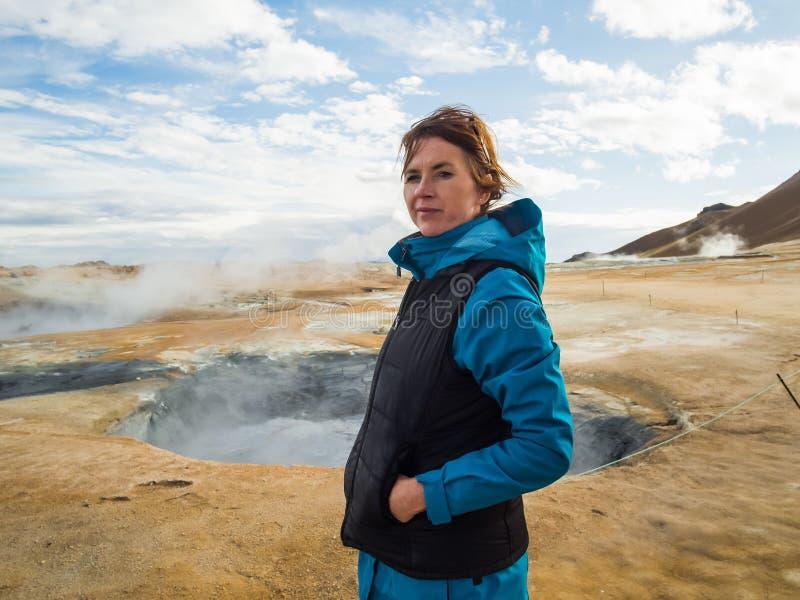 Kobieta przy Hverir, geotermiczny teren w północnym Iceland fotografia stock