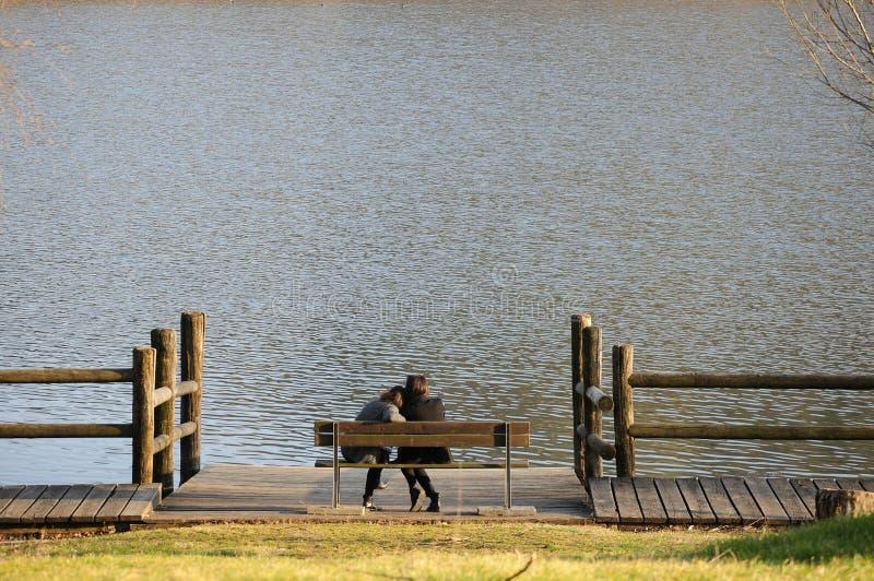 Kobieta przy jeziorem obraz stock