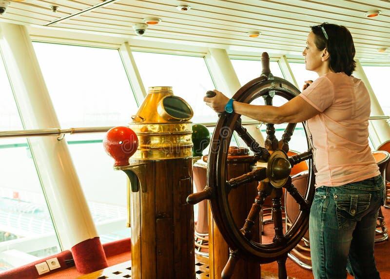 Kobieta przy kołem statek zdjęcia royalty free