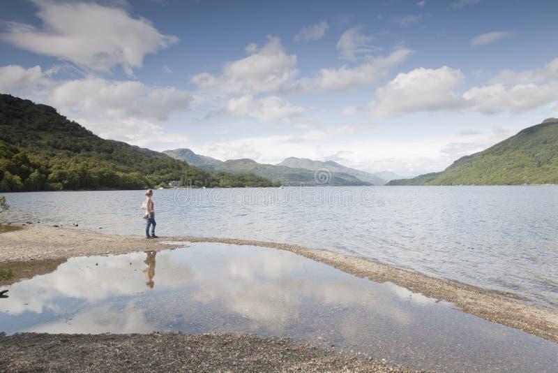 Kobieta przy Loch Lomond obraz stock