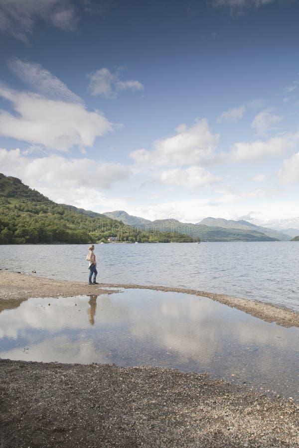 Kobieta przy Loch Lomond zdjęcia royalty free