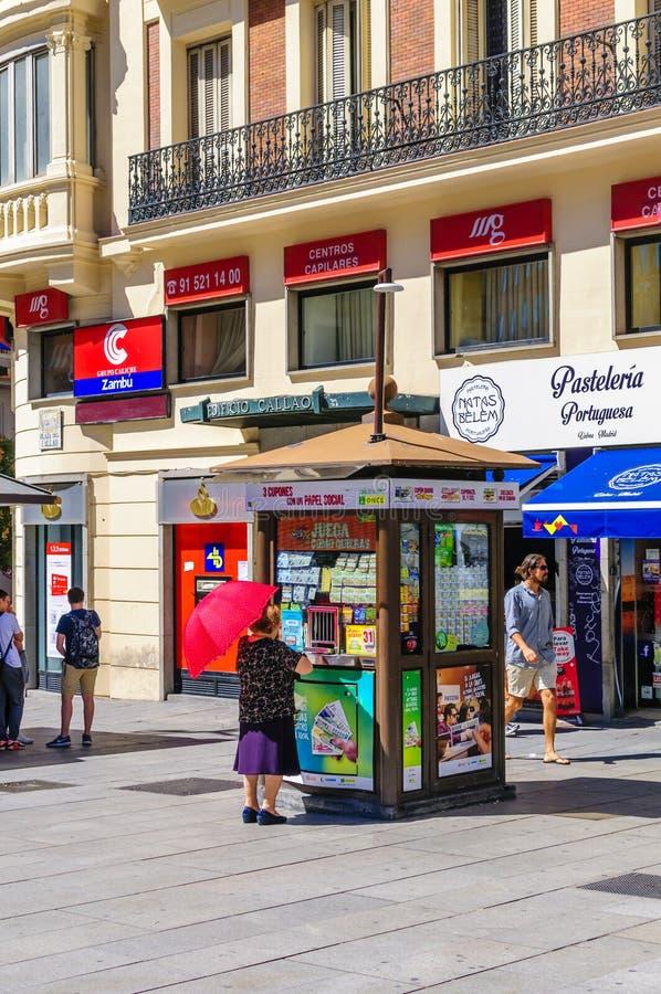 Kobieta przy ONCE loteryjnym kioskiem obraz stock