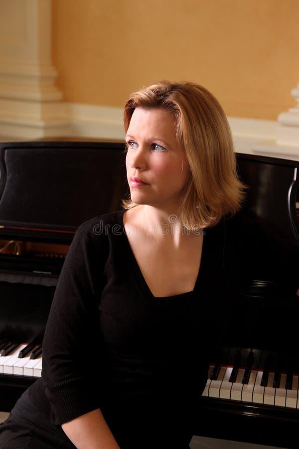 Kobieta Przy pianinem zdjęcia stock