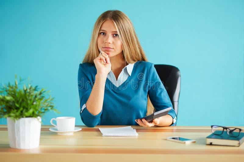 Kobieta przy pracą z kalkulatorem obrazy royalty free