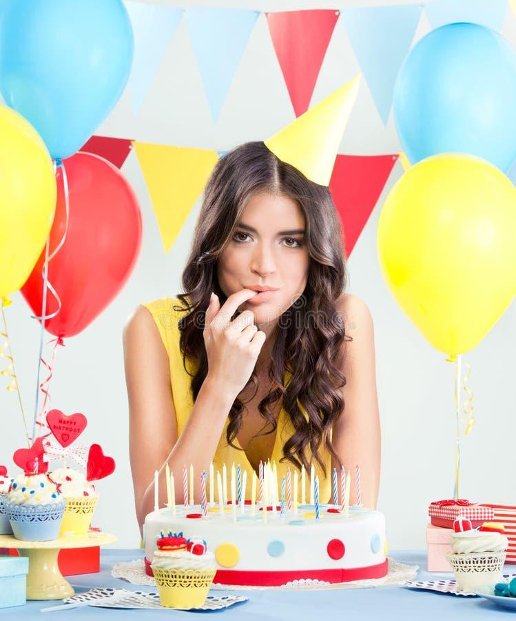 Kobieta przy przyjęcie urodzinowe degustaci tortem zdjęcie stock