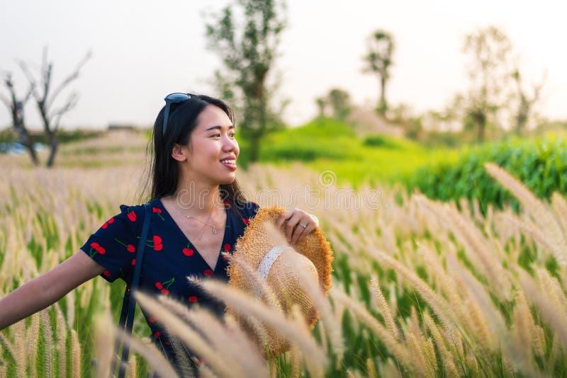 Kobieta przy pszenicznym polem przy zmierzchem obraz royalty free