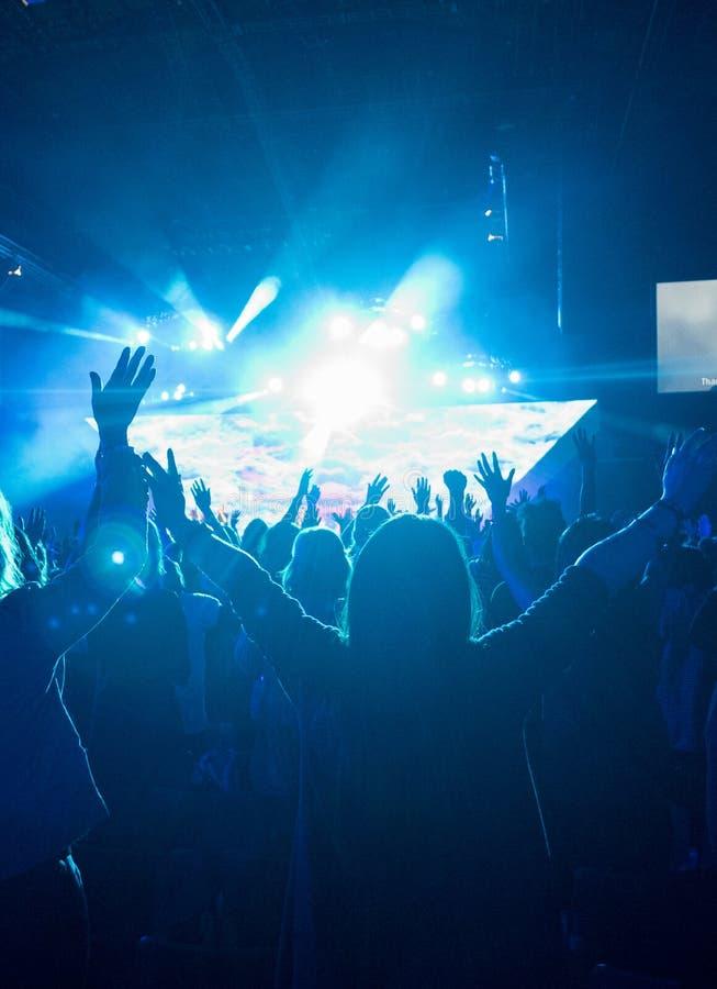 Download Kobieta Przy Rockowym Koncertem Obraz Stock - Obraz złożonej z muzyka, widownia: 53782683