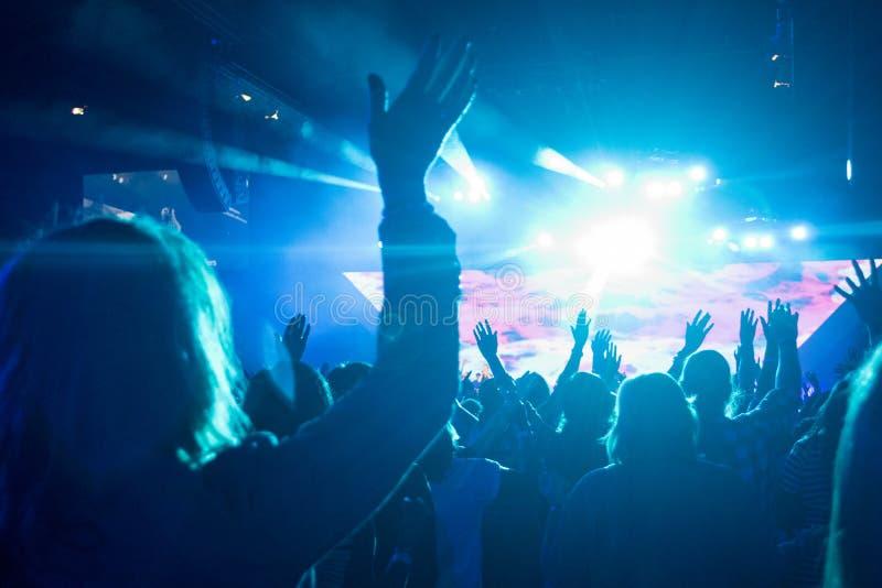 Download Kobieta Przy Rockowym Koncertem Obraz Stock - Obraz złożonej z ręki, wykonawca: 53782703