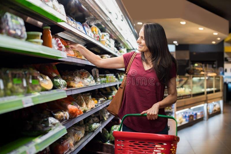 Kobieta przy supermarketem obraz royalty free