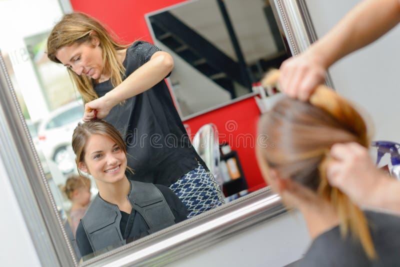 Kobieta przy włosianym salonem obrazy royalty free