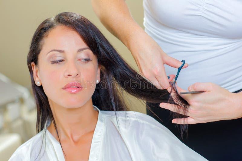 Kobieta przy włosianym salonem obraz stock