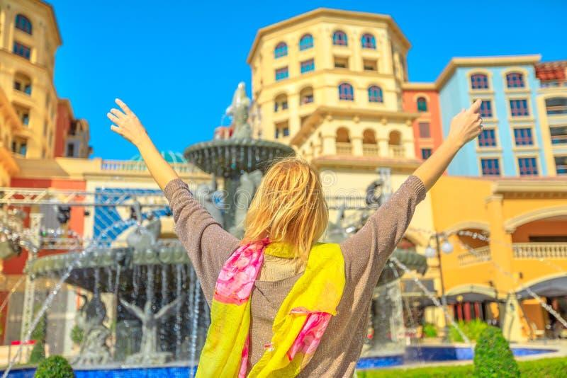 Kobieta przy wodnymi fontannami Doha zdjęcia royalty free