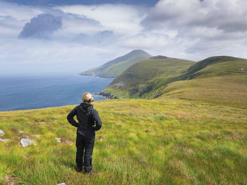 Kobieta przyglądająca nad morzem out zdjęcie stock