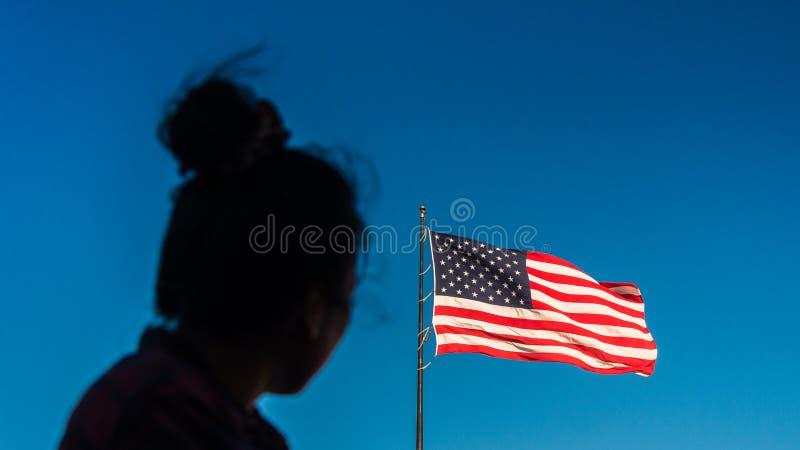 Kobieta przyglądająca przy flaga amerykańską up zdjęcia royalty free