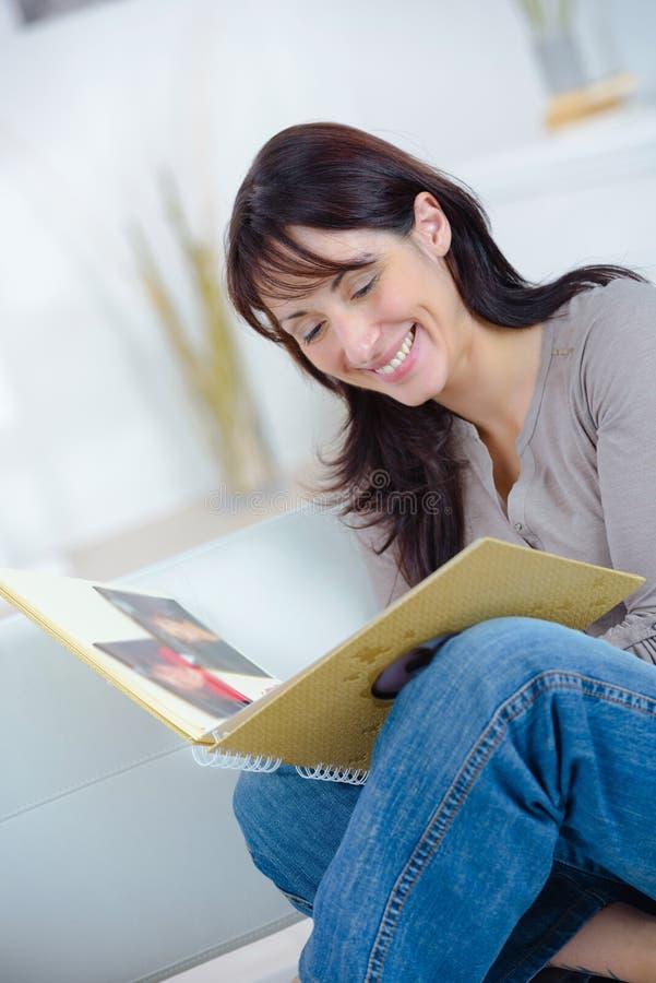 Kobieta przyglądający album fotograficzny obraz royalty free