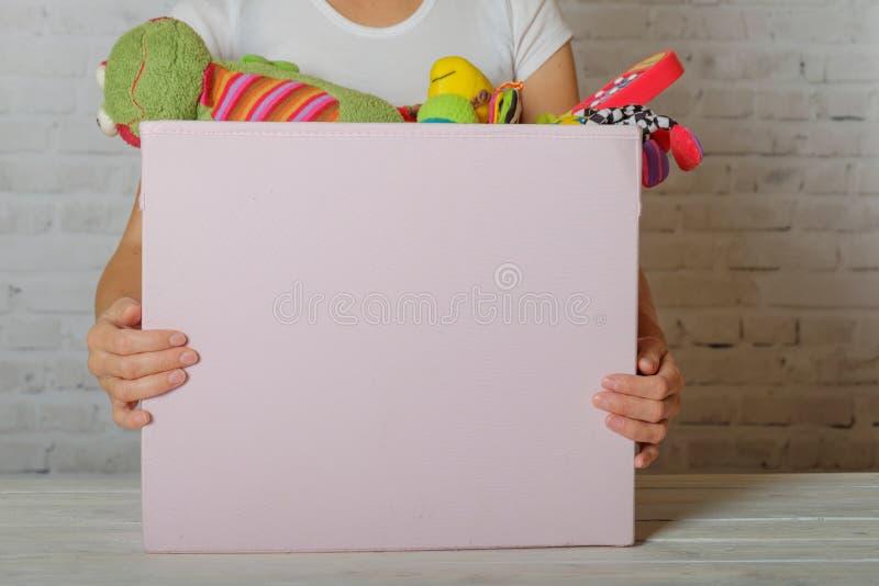 Kobieta przygotowywa darować zabawki w dobroczynność sklepie fotografia stock
