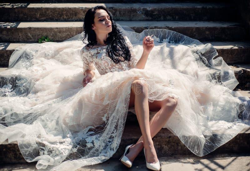 kobieta przygotowywa dla poślubiać Ja nadaje się Szczęśliwa panna młoda przed poślubiać Cudowna bridal toga Piękne ślubne suknie zdjęcie stock