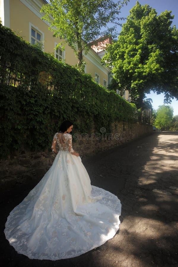 kobieta przygotowywa dla poślubiać Szczęśliwa panna młoda przed poślubiać Cudowna bridal toga Piękne ślubne suknie w butiku obrazy stock