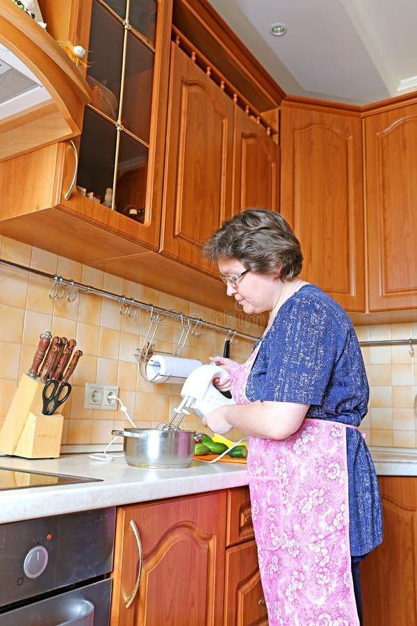Kobieta przygotowywa jedzenie używać melanżer fotografia stock