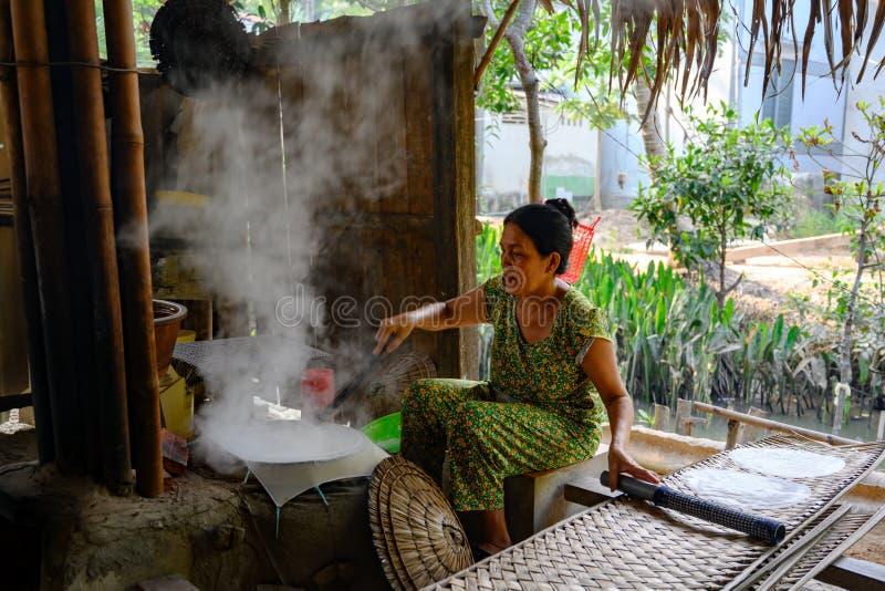 Kobieta przygotowywa ry?owego papieru rolki w Wietnam zdjęcia stock