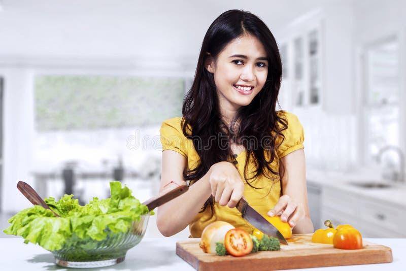 Kobieta przygotowywa sałatki zdjęcia royalty free