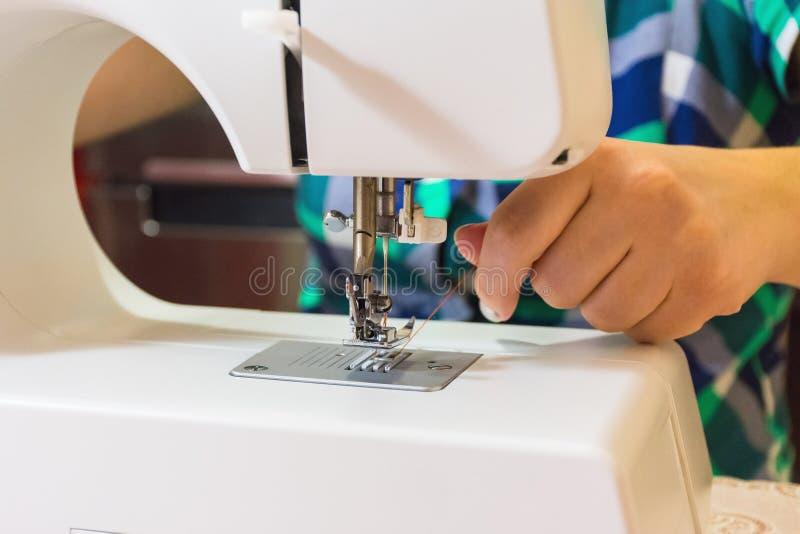 Kobieta przygotowywa szwalną maszynę obraz stock