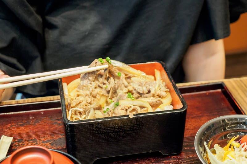 Kobieta przygotowywająca jeść Japońskiego jedzenie piec na grillu wołowina posiłek z ryż obraz stock